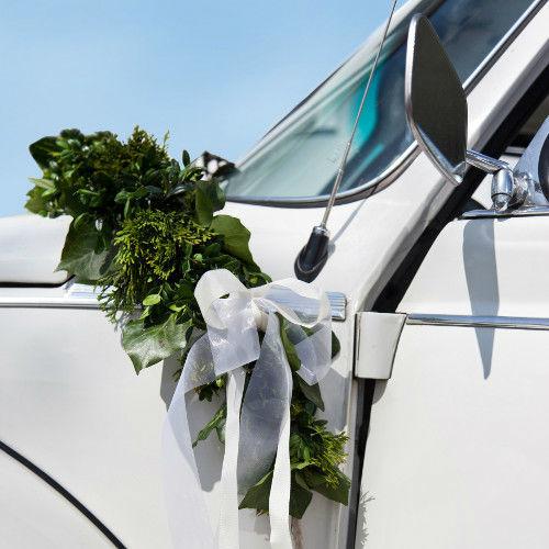 Beispiel: Auto mit Blumendekoration, Foto: Feel White.