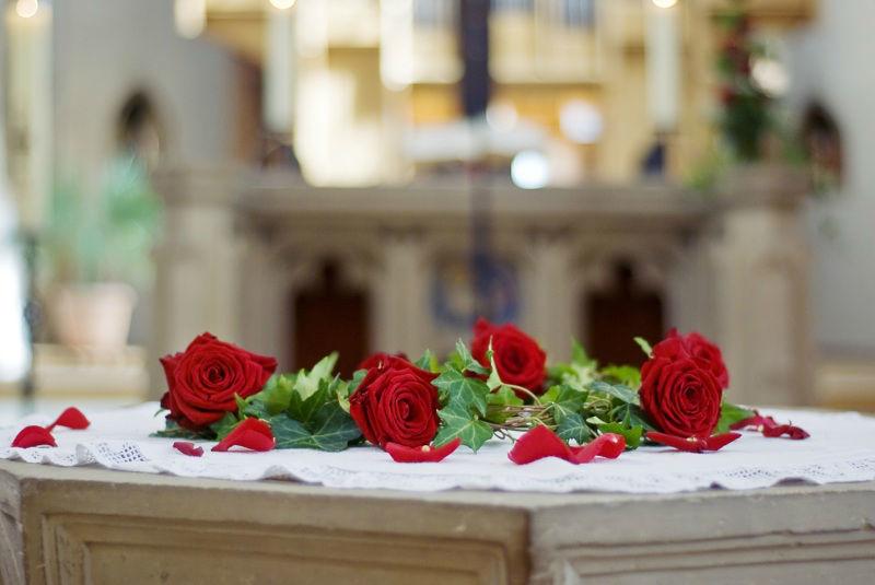 Beispiel: Blumenarrangement für den Altar, Foto: Blumen Eppinger.