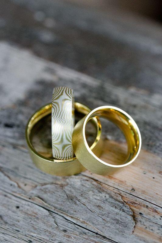 Ringe, die für jede Persönlichkeit individuell in Metall, Farbe, Form und Oberfläche beständigen Ausdruck finden.
