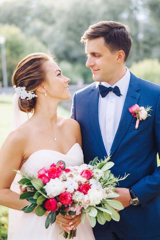 Букет невесты из кустовых пионовидных розочек двух сортов, тюльпанов, лизиантуса, аллиума, хлопка и зелени  Флорист Рина Озерова