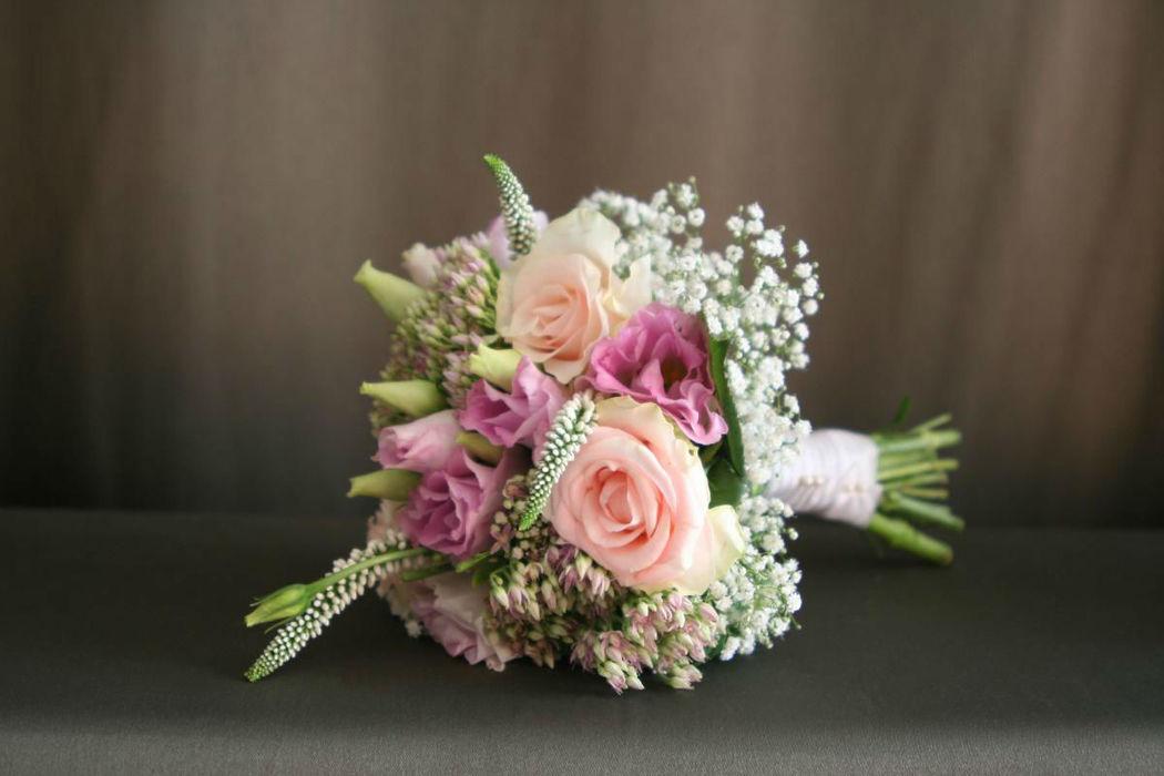 Bukiet ślubny: kompoyzcja stworzona z różowych kwiatów