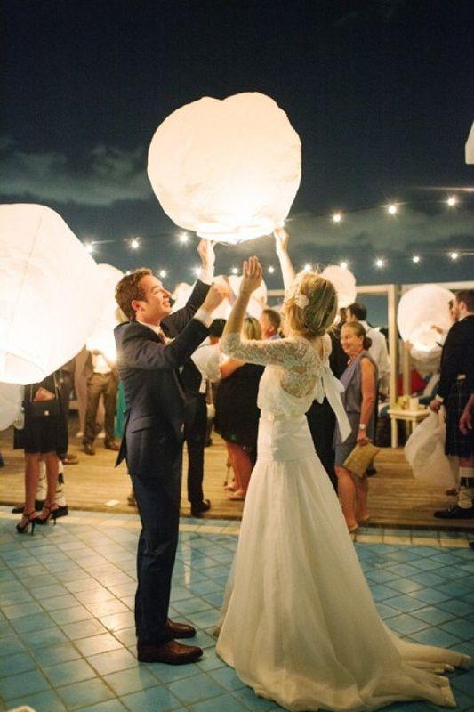 Haz que tu boda sea única elevando Globos Sky Lanterns Premium junto con tu familia y amigos.