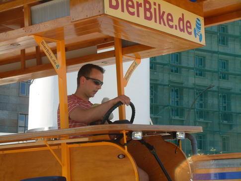 Beispiel: Bier-Bar auf Rädern, Foto: BierBike Berlin.