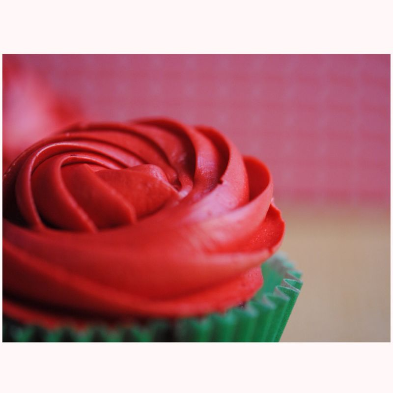 Cupcake de vainilla y crema de fresas y merengue.
