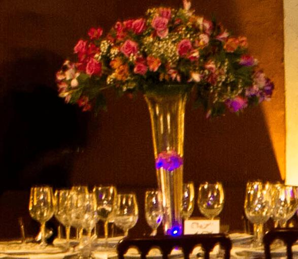 Centro de mesa alto con rosas y asromeria