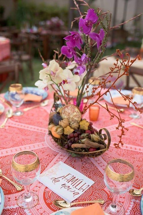 Lindo arranjo de orquídeas com frutas feito em barquinho com inspiração na Polinésia