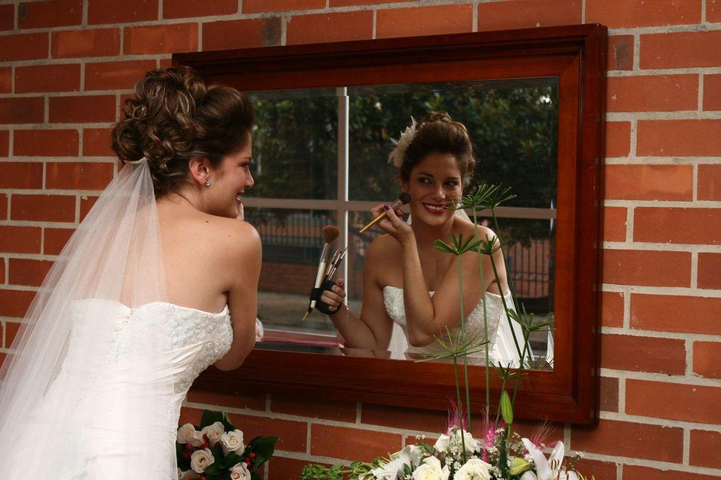 asesoramos tu imagen para ese dia tan especial una completa asesoria peinado y maquillaje.pregunta por el 50%de descuento