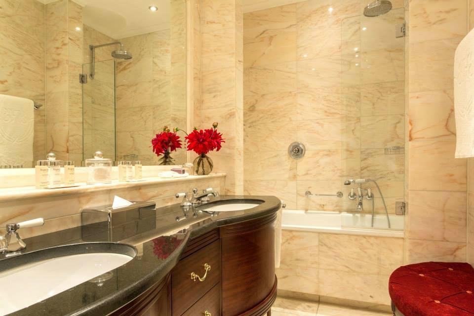 Beispiel: Badelzimmer, Foto: Excelsior Hotel Ernst.