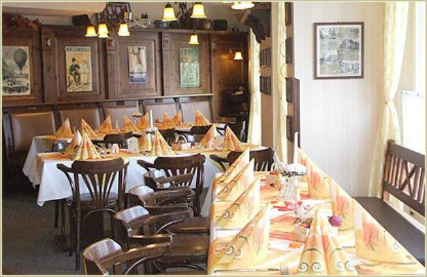 Beispiel: Innenraum - Tafel, Foto: Restaurant Am Löwenplatz.