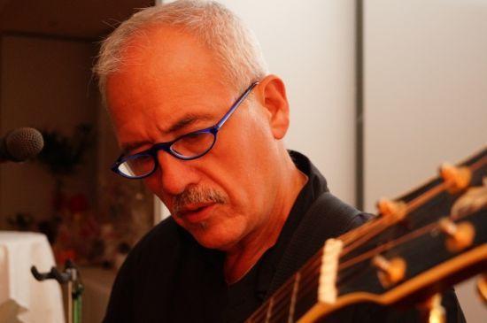 Beispiel: Hubert an der Gitarre, Foto: 2-PLUGGED.