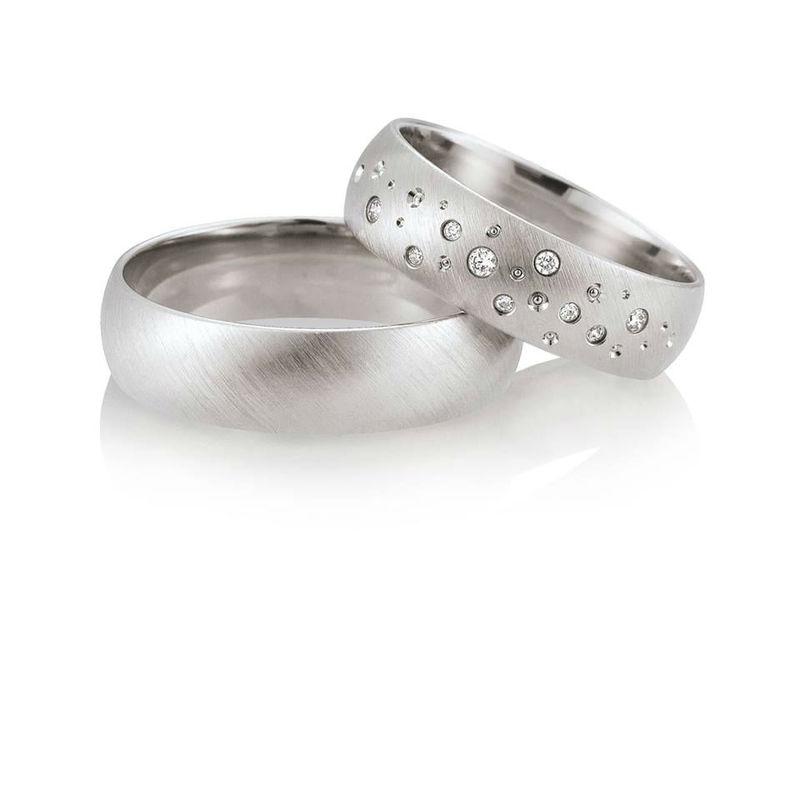 Beispiel: Ringe mit Brillanten, Foto: Breuning Trauringlounge Karlsruhe.