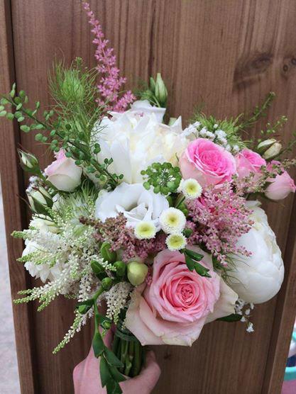 Beispiel: Brautstrauß in weiß und rosa, Foto: Vitalgarten.