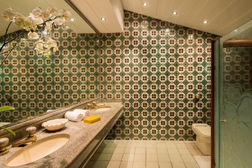 Banheiro da suite Lion King com belissimo painel do famoso ceramista Brennand !