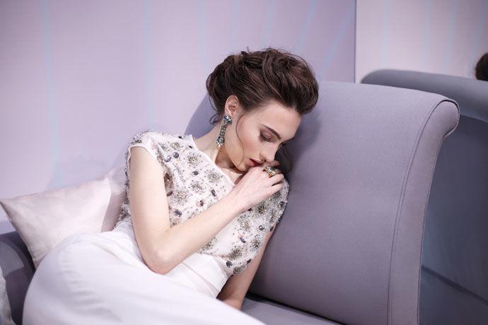 Vestido de novia con cuerpo de pedrería de cristal, detalles de georgette y con falda de crepe de seda de Cristina Piña.