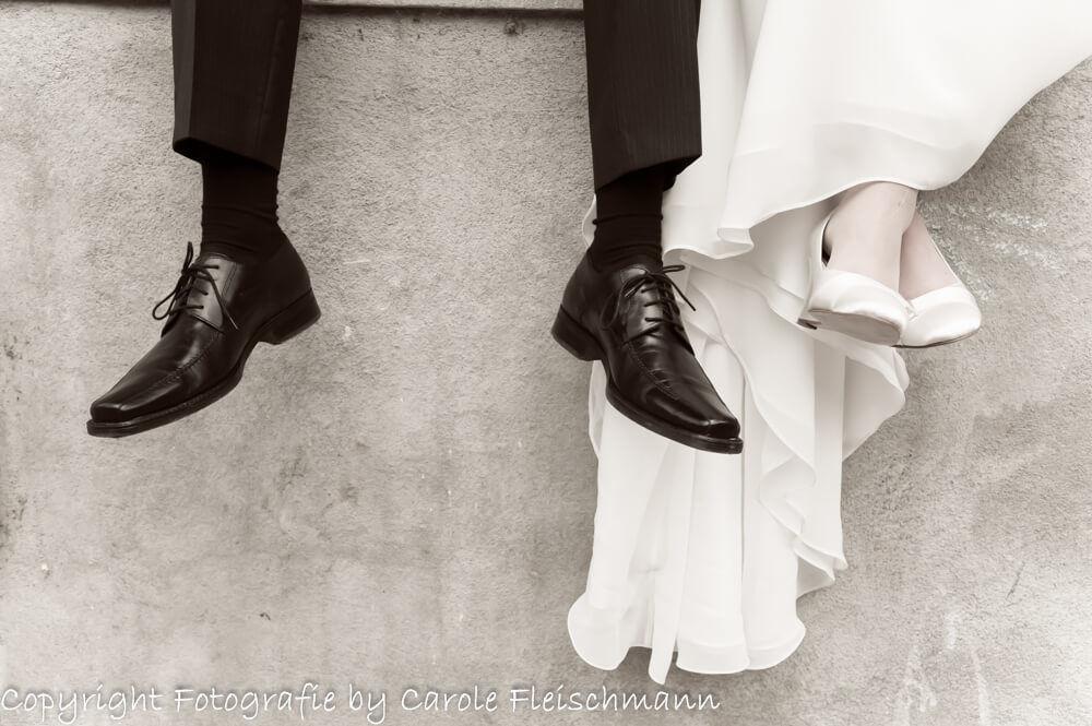 Beispiel:Das Brautpaar sitzend auf einer Mauer,ganz relaxt.Foto:Carole Fleischmann Fotografie