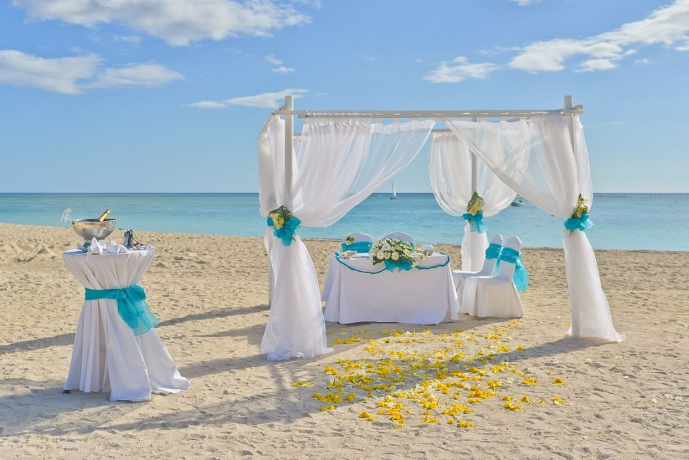 Ein wunderschöner Pavillon am Strand von Flic en Flac, mit Blick aufs offene Meer. Eine Hochzeit barfuß? Kein Problem mit BRIDE INSIDE  http://www.backlight.mu/