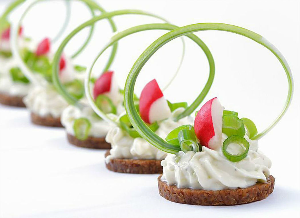 Frischkäse mit Lauch auf Pumpernickel, Foto: 4C-Catering