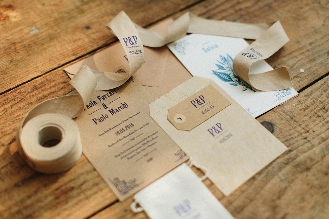 Paolo & Paola | Weddign Stationery Carta Kraft Tessuti e nastri ecru - sacchetti Kraft Stampa Letterpress un colore Blu