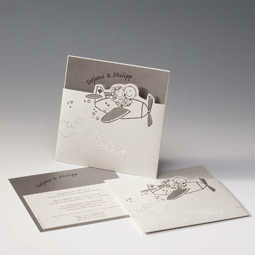 Beispiel: Hochzeitseinladung mit Flugzeugaufdruck, Foto: Druckerei Rokos.