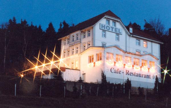 Beispiel: Aussenansicht mit Beleuchtung, Foto: Waldhotel Bergschlösschen.