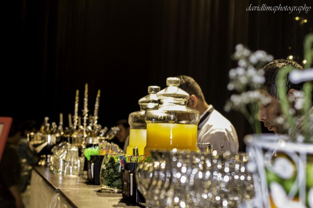 Preparando los cócteles para los invitados