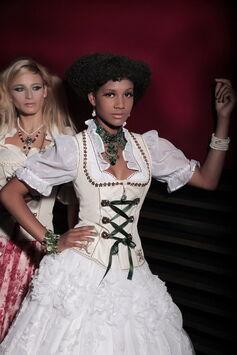 Beispiel: Wunderschöne Brautkleider im Trachten Look, Foto: The Moment.