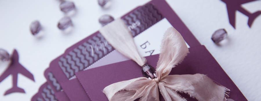 Роскошные приглашения на закрытую вечеринку салона красоты. Приглашение выполнено в виде билета на самолет, использована выборочная лакировка, объемный конверт винного цвета с марками, украшенный шелковой лентой.
