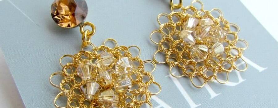 Aretes tejidos a crochet con hilo de plata 999 con baño en oro y cristales de swarovski elements. Cristales importados.