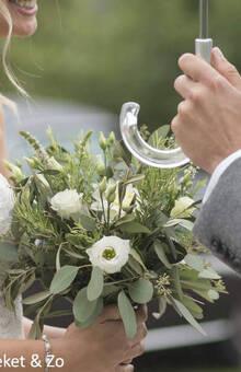 Veldboeket met veel groensoorten en enkele witte bloemen. prachtig bruidsboeket met draadgebonden techniek
