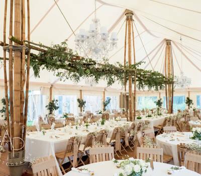Décoration de mariage sous le chapiteau en bambou © Alexandra Pottier