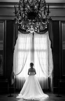 Portrait Braut im Barockschloss Ludwigsburg vor großem Fenster
