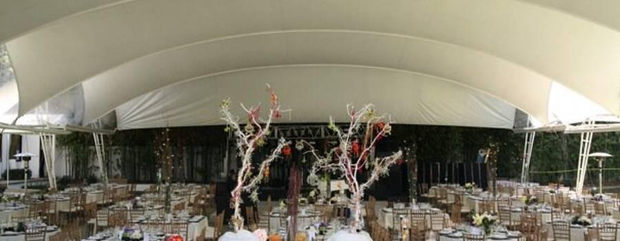 Montaje de mesas de postres y renta de carpas para bodas al aire libre - Foto Dinara Banquetes