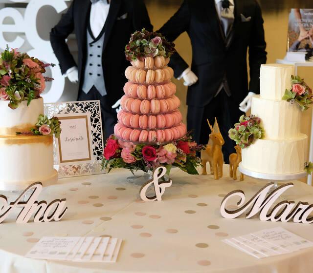 mesa con torre de macarons