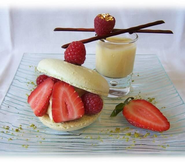 Macaronade fraise - framboise  et crème anglaise