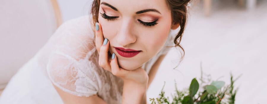 Makijaż ślubny na przymkniętej powiece