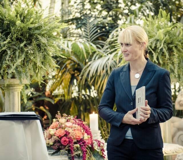 Yvonne Hochheuser ist als Trauungsgestalterin...
