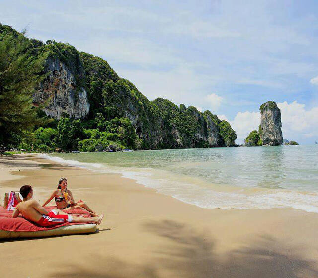 Entspannung pur am Traumstrand der Pai Plong Privatbucht - Centara Grand Beach Resort & Villas Krabi, Foto: Centara Hotels and Resorts.