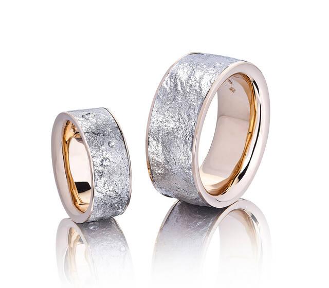 """Eheringe in Palladium 950 und Roségold 750, Oberfläche mit """"Stein-Struktur"""". Diese Ringe wurden vom Pärchen in einem 10-Stündigen Kurs selber hergestellt"""