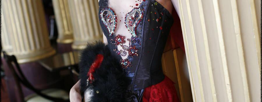 Belina Cette création  de mariage est composée d'un bustier corseté en taffetas de soie noire rehaussé  d'une broderie perlée et pailletée, clairsemée de cristaux de swarovski, offrant le charme passionné d'un décolleté turbulent…. La jupe en soie doupionée rouge sang, est agrémentée d'une dentelle de Calais rouge  laissant naître des volumes «  ballons » cousus de croix gothiques perlées. Une sur jupe bouillonnée de taffetas noir changeant propose une asymétrie intéressante. Belina , cette robe de mariée fut portée également par Miss France 2009. Création LEA MADELEINE Couture Le photographe est Marc Lucascio