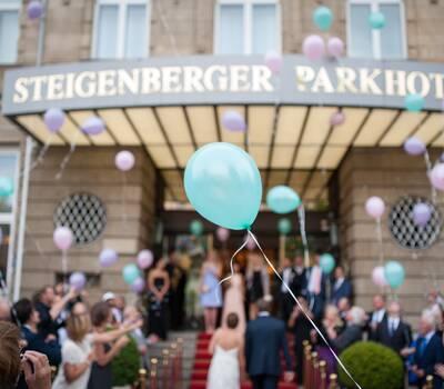 Hochzeitsgesellschaft vor dem Parkhotel