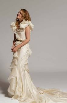 ROMY. Traje de novia en organza de seda natural rústica, con volantes y ruses sin remate. Fondo en crêpe de seda.