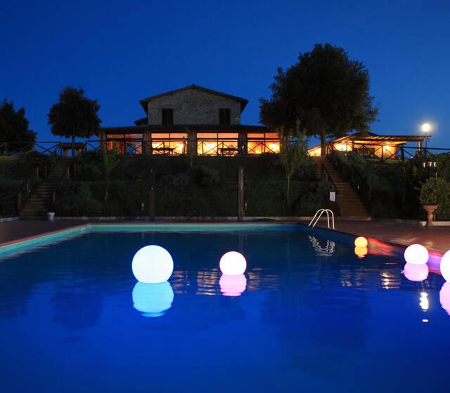 Ristorante Il Caio di notte dalla grande piscina.