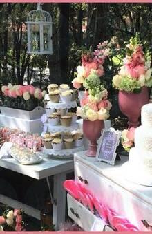 Mesa de postres para 100 personas con pastel de fondant para boda