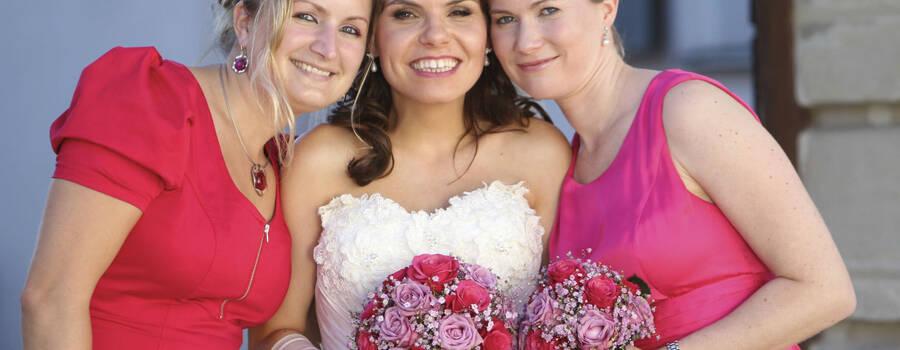 Beispiel: Foto mit der glücklichen Braut, Foto: Agentur Traumhochzeit Nürnberg.