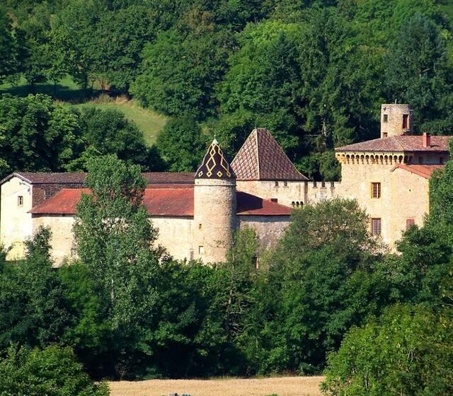 Château de Courbeville, dans son écrin de verdure.