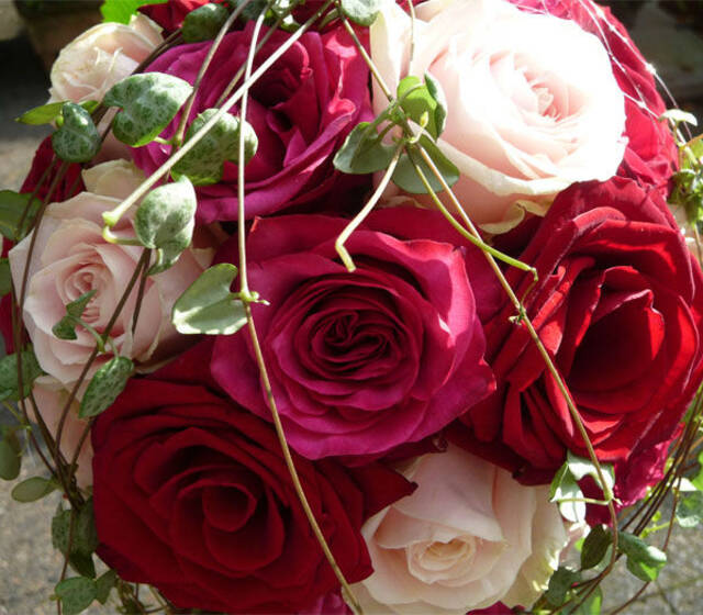 Beispiel: Bouquet mit Rosen in Rosa und Rot, Foto: Floristeria.