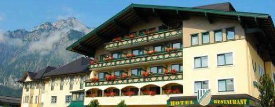 Beispiel: Vorderansicht Hubertushof, Foto: Hotel Hubertushof Anif.