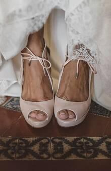 Zapatos de novia personalizados en color nude © Oscar Guillen