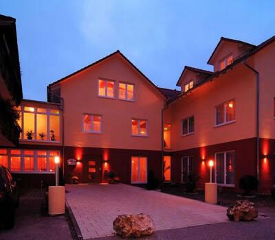Beispiel: Außenansicht bei Dämmerung, Foto: Hotel Restaurant Talblick.