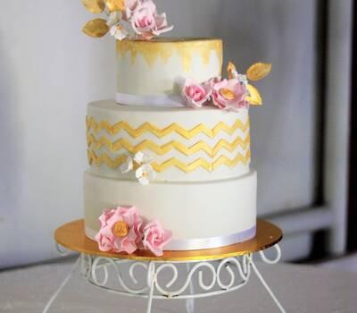 Torta con flores y zig zag en oro